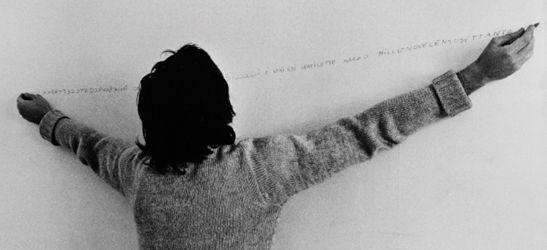 """Alighiero Boetti """"Oggi è venerdì ventisette marzo millenovecentosettanta"""", 1970.  Scrittura simultanea a due mani su parete. Foto Paolo Mussat Sartor"""