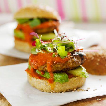 Hampurilaispihvin ei aina tarvitse olla tehty naudan jauhelihasta. Pihvin voi myös tehdä kalasta, possusta, tai kuten tässä ohjeessa, broilerista. Tee myös tomaattikastike itse.