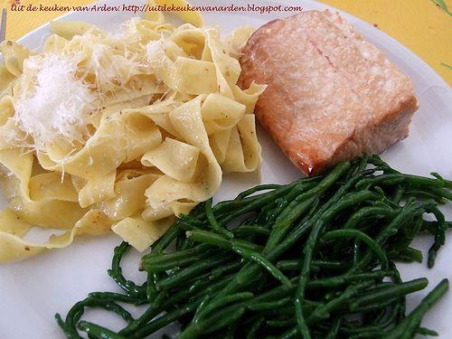 Gerookte zalm, pasta met walnotensaus en zeekraal