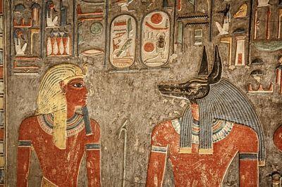 Barevné detaily v Haremhebově hrobce včetně kartúší