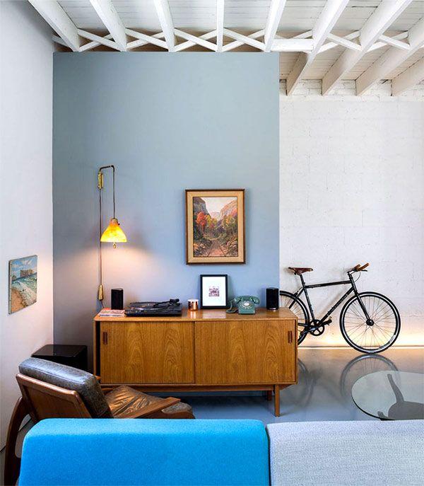 モダンでスタイリッシュ、シンプルで大人なリノベーション・ハウス in ... wooden-ceiling-beams-vintage-telephone-desk