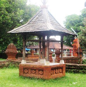 Jejak Sejarah CarubanNagari    Kerajaan CIREBON ini pada mulanya berupa dukuh kecil yang dibangun oleh Ki  Gedeng Tapa. Kepala Pelabuhan M...