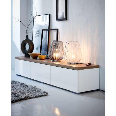 Zauberische Lichteffekte inklusive – der formschöne geriffelte Glasschirm dieser originellen Leuchte mit verchromtem Sockel bricht besonders stimmungsvoll das Licht.