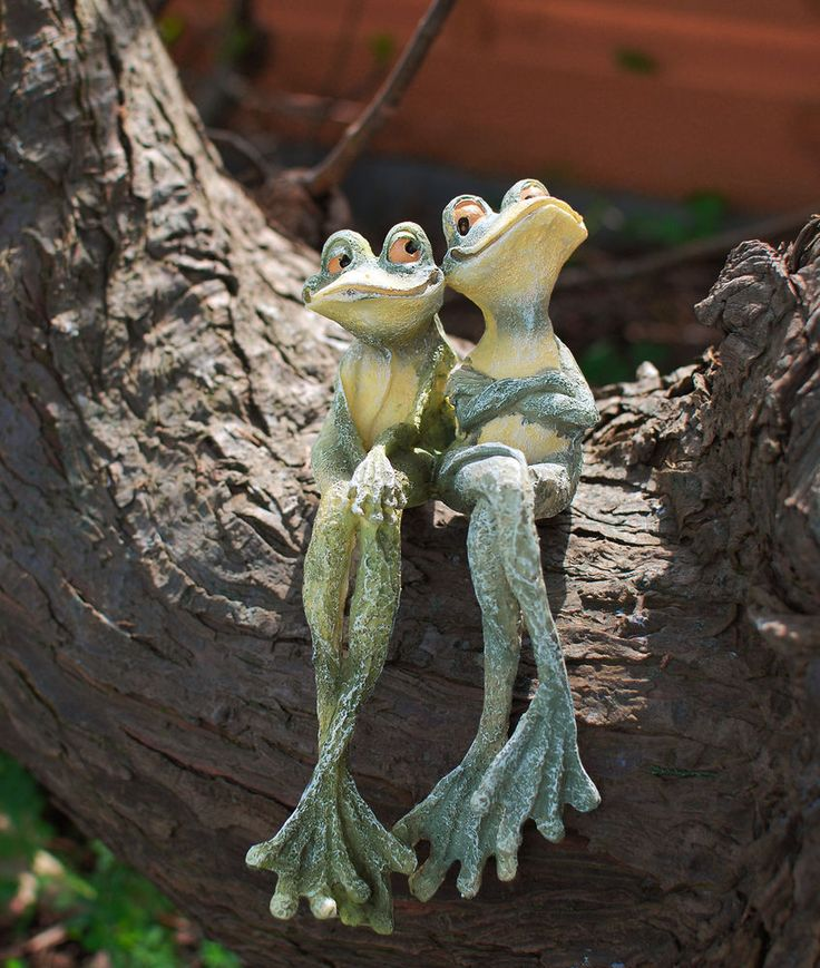 Long Legged Frogs Cute Sitting Couple Cartoon Style Garden Ornament