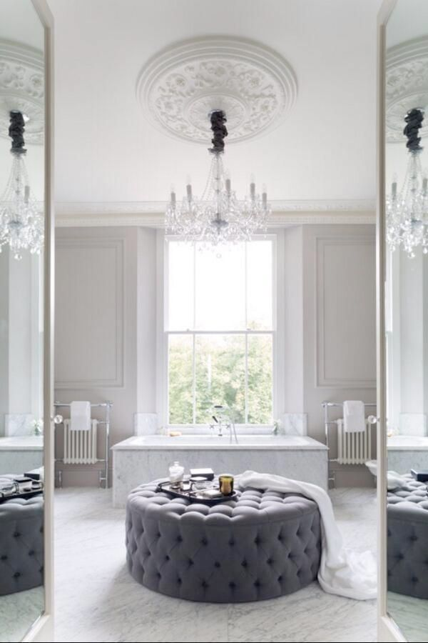 Like the ceiling moulding with the chandelier and the round tufted ottoman - Sköna hem