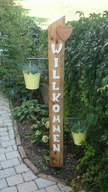 Willkommensschild mit Pflanzenkübeln. Altholz gehobelt und ...