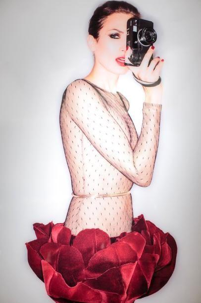 Stéphane Rolland Nieves Alvarez photographiée par Sylvie Roche. Robe longue en résille noire et velours bordeaux Stéphane Rolland Haute Couture (collection Hiver 2014/2015). 1,60 m x 1,20 m. Nieves Alvarez… - Sapins de Noël des Créateurs - 15/12/2014