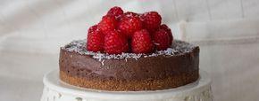 """Cheesecake vegana con mousse al cioccolato Ecco la ricetta della cheescake vegana (o meglio """"tofu-cake"""") più golosa di sempre, arricchita con una soffice mousse al cioccolato. Secondo una recente classifica, la cheesecake è il dolce americano più amato dagli italiani. Si tratta, purtroppo, di un dolce molto calorico, che non si può mangiare molto spesso… […]"""