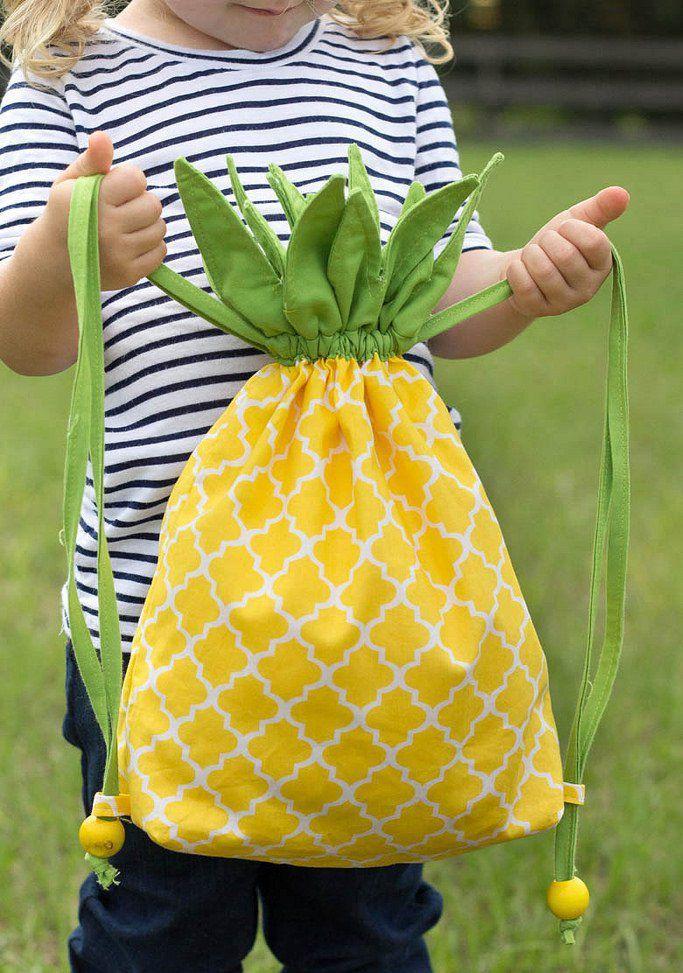Turnbeutel liegen voll im Trend - noch schicker sind da nur noch Ananas-Turnbeutel! Eine wirklich einfache und sehr detaillierte Anleitung bekommt ihr hier. Wer in Englisch nicht ganz so fit ist braucht sich nicht zu scheuen: die vielen Fotos sind selbsterklärend. Eine tolle Idee und eine tolle Nähanleitung!