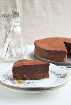 Deze Chocolade Fudgetaart is zó ontzettend lekker dat je 'm gewoon moet maken! Een knapperige bastognebodem met een dikke laag chocolade fudge.