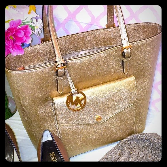 Brand NWT MK Rose Gold Tote Price back to $155 after today! (Open to trades, trade value of new items is MSRP!) This fab NWT Front Snap Pocket Tote - sized Large in rose gold is to die for in person!!! The gold finish is glamorous and the tote is the perfect size to hold everything a girl needs ... but still is compact enough to carry comfortably on your shoulder.  this bag! Lol! MICHAEL Michael Kors Bags Totes