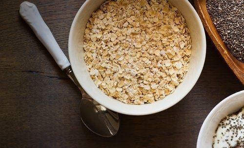 Frühstück mit Haferflocken und Chiasamen für einen flachen Bauch