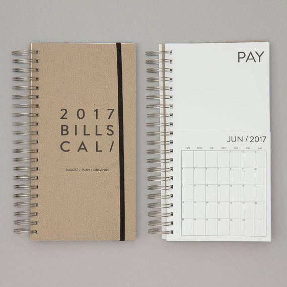 AUFGRUND DER HOHEN NACHFRAGE KANN DIESER ARTIKEL GELIEFERT WERDEN 3-5 WERKTAGEN NACH DER BESTELLUNG.  BUDGET / PLANEN / ORGANISIEREN Organisieren Ihre Rechnungen ist nie einfacher gewesen. Wenn Sie eine Rechnung per Post erhalten haben, legen Sie es in der Tasche Zahlen und füllen Sie das Fälligkeitsdatum auf dem Kalender. Wenn Sie die Rechnung bezahlen, bewegen Sie es über die bezahlten Seite und aus Ihrer Liste zu überprüfen.  INFORMATIONEN: • Januar 2017 - Dezember 2017 • 2 Taschen für…