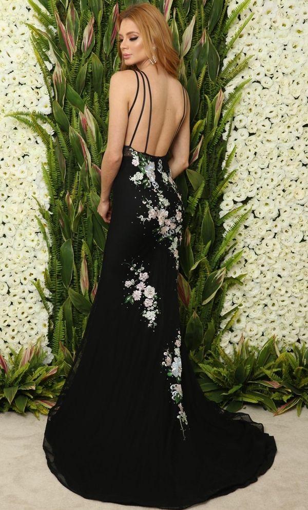 4afdbe207 toque mais noite ficou por conta da tira bordada ao longo do vestido. À  venda na Blessed Ateliê