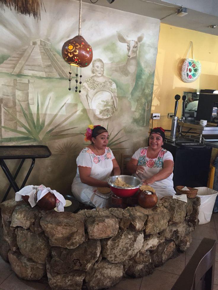 """""""Hechando las Tortillas al comal"""" La Chaya Maya Comida Típica Merida Yucatan"""