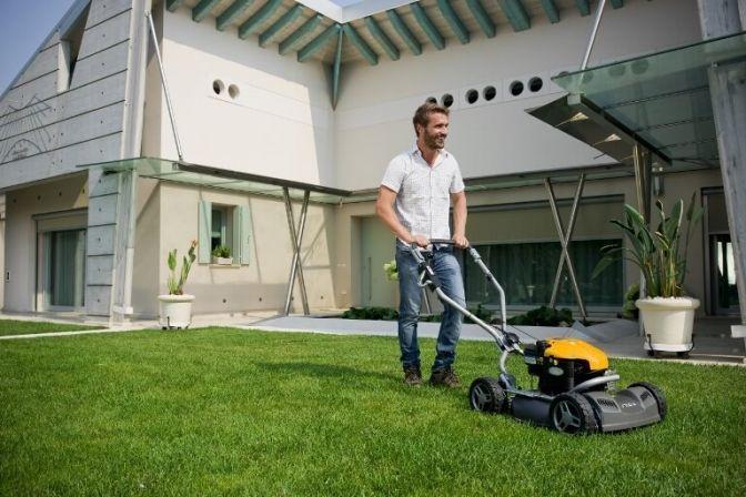 GRÆS: I weekenden skiftede vi til sommertid, og dermed er havesæsonen skudt i gang. Men hvordan giver du din græsplæne den optimale start?