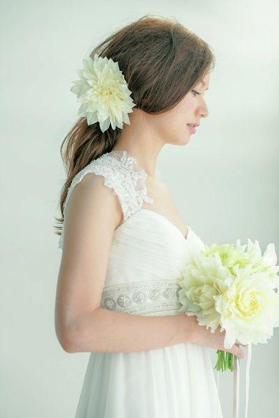 女神風のハーフダウンは生花とリボンのダブルづかいがおしゃれ/Side|ヘアメイクカタログ|ザ・ウエディング