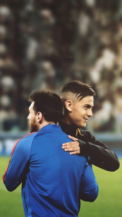 FootballHQ Paulo Dybala hugs Lionel Messi. Barcelona, Juventus, Serie A, La Liga, Futbol, Calcio, La joya
