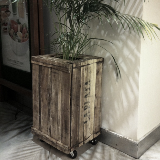Cajones de verdura hechos macetero con ruedas i want to - Ruedas para muebles ...