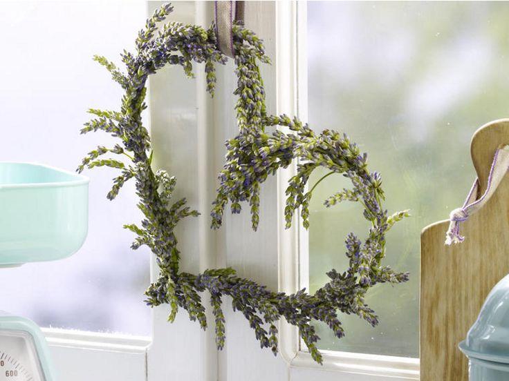 Dieses hübsche Herz aus Lavendel zum Muttertag schaut nicht nur süß aus, sondern duftet auch noch herrlich!