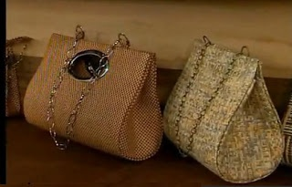 I like the look of these. They are made with cardboard type materials, think I'd try a heavy interfacing.   Bolsos carteras sin coser Cartonaje: Patrón y tutorial