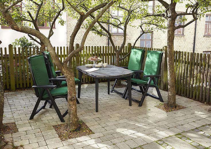 Stabila och underhållsfria möbler av UV-beständig plast. Bekväma, stapelbara stolar, med sittyta 40 x 38 cm, och rejält bord, som passar minst 6 personer. Snygg antracitgrå färg gör att möblerna smälter in i trädgårdsmiljön. #biltema #trädgårdsmöbler #trädgård