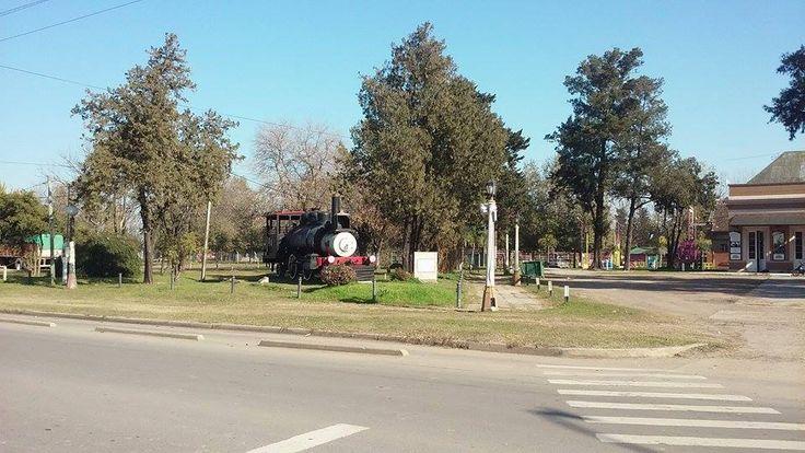 Esquina Belgrano y Avenida Presidente Illia: Estación del Ferrocarril. La Solís (Gualeguay). Yesica France, estudiante de 1º año 1ª división Profesorado Educación Primaria