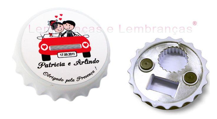 Abridor de garrafa personalizado em formato tampa c/imã de geladeira <br> <br>Diametro: 7 cm <br> <br>Parte de trás , Abridor de garrafa de cerveja, e 2 imãs de geladeira, seus convidados irão decorar a geladeira