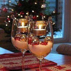 Hermoso centro de mesa navideño con copas
