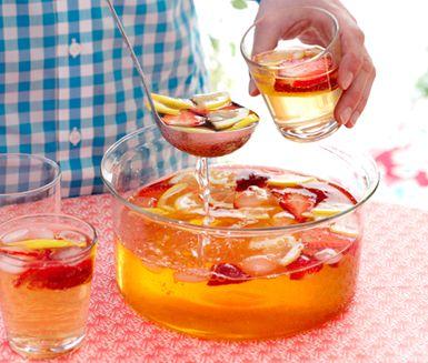 Utsökt rabarberbål med massor av sommarsmak! Fräsch syra av citroner, härlig sötma av jordgubbar och hetta från vodka gör rabarberbålen mycket läcker.