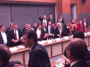 Cumhurbaşkanının kamu kurumlarıyla ilgili kararname yetkisi tekliften çıkartıldı