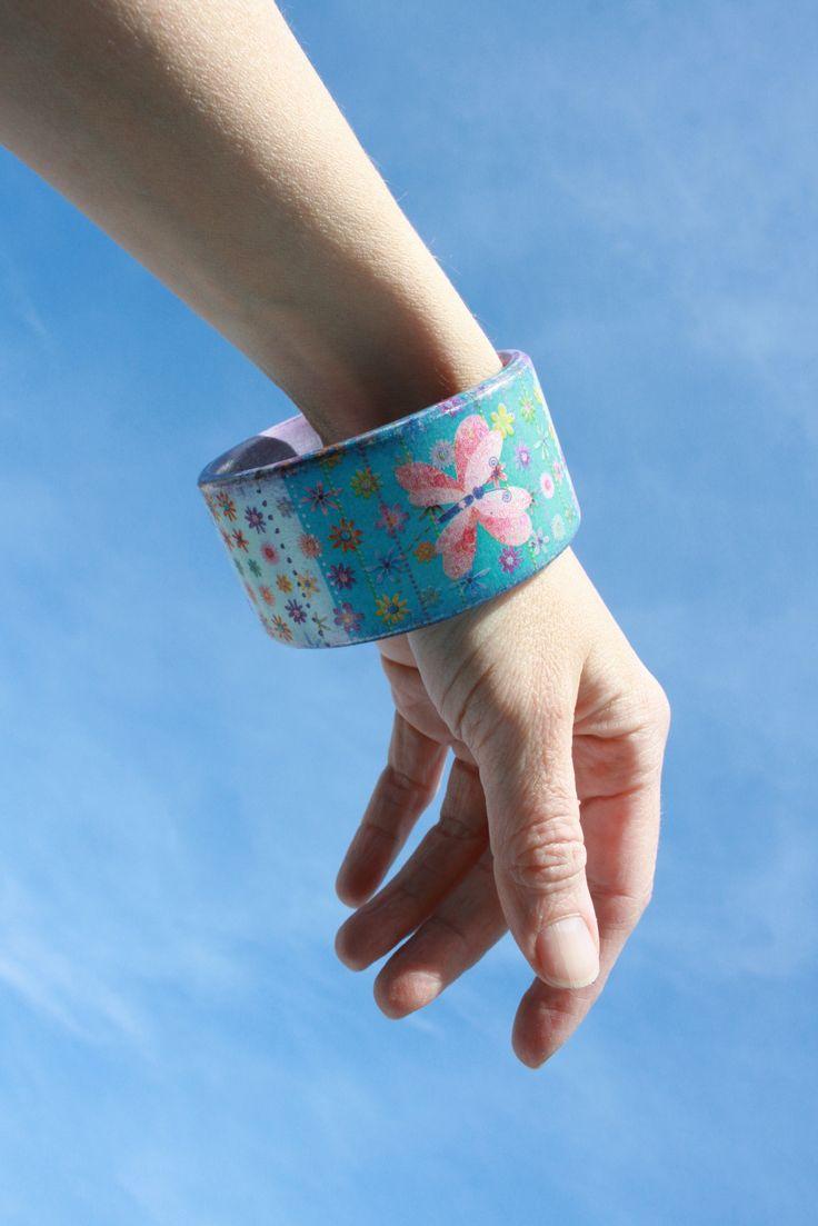 Jarní na ručku... Dřevěný náramek dohlaďoučka opracovaný. Decoupage+akrylové barvy, lakovaný. Originál, jediný.