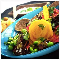 Lækker rustik og smuk salat med bolchebeder, edamamebønner, rugbrødscroutoner, perlebyg og vinaigrette.