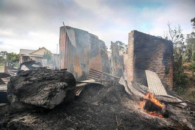 Bosbranden hebben in het zuiden van Australië al zeker twaalf huizen in de as gelegd. Ook raakten 22 brandweerlieden gewond in de strijd tegen het oprukkende…