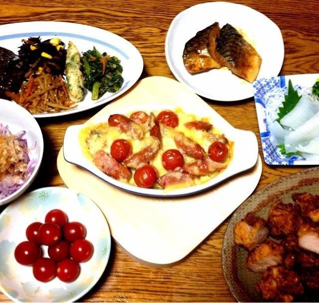 今夜の食卓を囲むメンバーは6人。 - 40件のもぐもぐ - お惣菜いろいろ・サバ味噌煮・イカそうめん・オムレツチーズ焼き・オニオンスライス・唐揚げとコロッケ・濃い赤のチェリートマト by 美也子