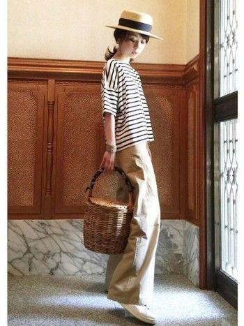 シンプルな形のボーダーTとチノパンスタイルでも、バスケットバッグとカンカン帽をプラスすればあっという間におしゃれコーデに。ラフにまとめた外はねヘアも可愛いですね♡