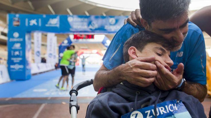 Lo importante es el camino, no la meta: la maratón de un enfermo con West. Noticias de Deportes. José Manuel Roás Triviño completó el domingo los 42.195 metros de la prueba del Maratón de Sevilla empujando el carrito de su hijo Pablo, enfermo de West