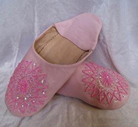 Babouches, de Marokkaanse slippers / sloffen, gemaakt van zacht leder : zool leder, bovenkant binnen en buiten van zacht leer. Zet zich naar je voet door het dragen.