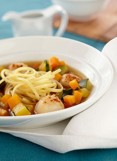 Linguini con vieiras en caldo de pollo con vegetales