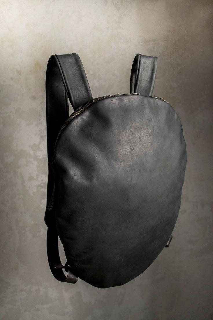 ¡Venta!!!!!! Anterior precio 308$    Mochila cuero Alien.  Esta mochila de cuero con forma redondeada es llamativa pero funcional. Diseño de esta mochila le ayudará a expresar su individualidad.  M A T E R I A S L: cuero de vaca negro con superficie mate aterciopelado dentro de la mochila que se recorta con un forro de algodón negro de calidad.  S I Z E: 46 x 35 cm o 18 x 14 pulgadas  Esta mochila guarda perfectamente tu laptop de 13 y otras cosas. Mochila tienen un compartimiento espacioso…