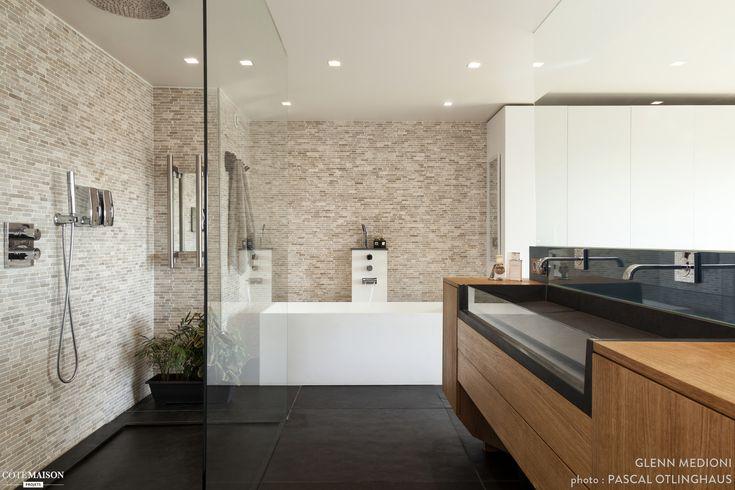 Une grande salle de bains avec meuble de toilettes en bois for Bain douche paris