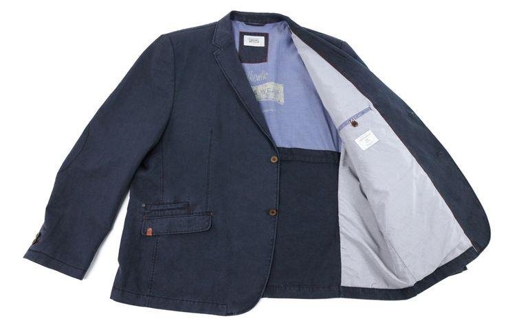 Marynarka Camel Active w kolorze granatowym. W stylu sportowym idealna do jeansów lub spodni materiałowych. Skład: 72% bawełna 22% len 6% poliester.