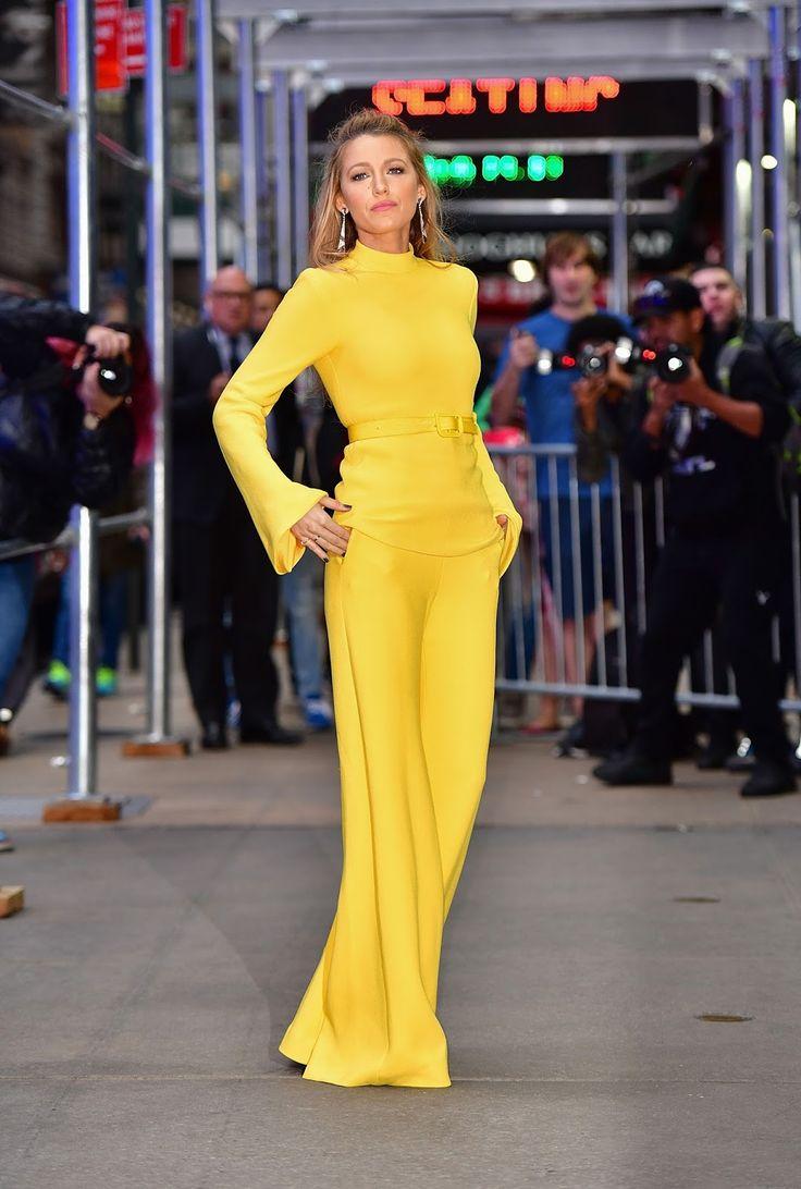 Blake Lively, en el programa Good Morning America, con un conjunto en color amarillo de Brandon Maxwell primavera 2018.