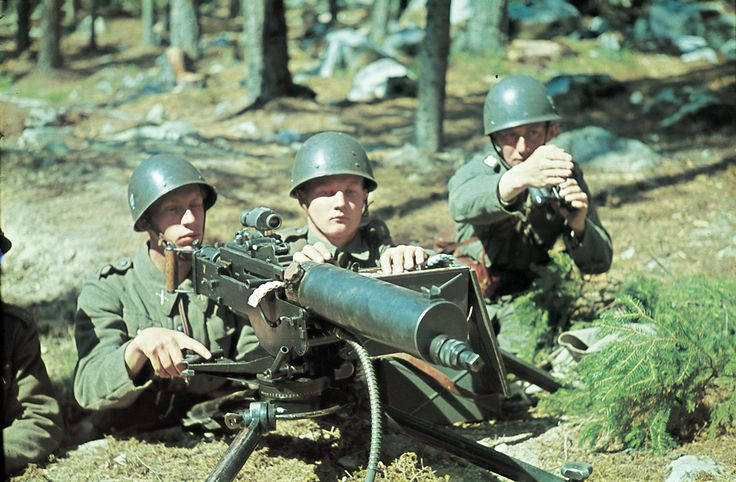Hur nära var vi ett tredje världskrig?  ---  Tänk dig tanken, att du en morgon när du sitter vid frukostbordet och tittar ut genom fönstret ser en kolonn ryska stridsvagnar T-72 rulla på gatan i din hemstad? Eller kanske i morgon, en modern rysk stridsvagn T-14 Armata på samma gator?  ---  Hit men inte längre! Under andra världskriget rustade Sverige upp, och armén kunde som mest mobilisera upp med 367 000 man. I dag år 2015 kan vi inte ens visa upp 58 000 soldater på grund av alla vakanser.