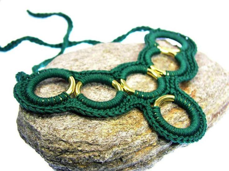 Kropf- & Halsbänder - Gehäkelte Statementkette jadegrün / smaragdgrün - ein Designerstück von www.Schmuckkistl.de bei DaWanda