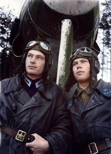 Старший лейтенант Н.И. Цисаренко (слева) и старший лейтенант М.П. Барсов около МиГ-3 124-го истребительного авиаполка.
