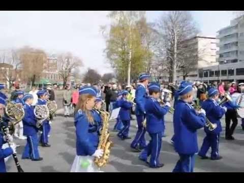 Rauman Poikasoittokunnan B ja C orkesterit marssivat SM-kultaa vuonna 2014 voittaneen A-orkesterin perässä.