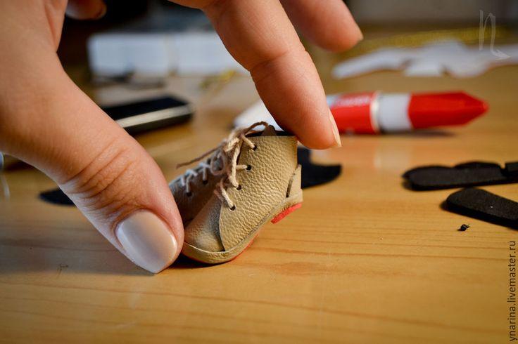 В свое время была озадачена способом изготовить аккуратную обувку для кукол с изогнутой ножкой (Монстр Хай и Эвер Автер Хай). Найти мастер-класс на эту тему не смогла, поэтому путем проб и ошибок нашла свой способ изготовления ботиночек (сапожек) на основе обычной человеческой выкройки. Хочу поделиться с теми, кому интересно. Итак, приступим! Нам понадобятся следующие материалы: натуральная…