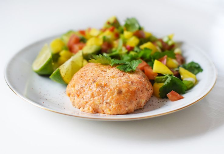 Laxburgare med mangosalsa -  Ingredients For the burgers: 500 g boneless skinless salmon fillets 1 red chili pepper 3 spring onions 1 lime (zest + juice) 1 egg 1 tsp salt ½ tsp pepper For the salsa: 1 mango ½ chopped garlic clove 1 ½  tomatoes ½ dl fresh coriander ½ lime 2 avocados Juice from 1 lime