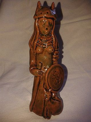 Freya Modelada em barro vermelho e vidrada com vidro verde cobre 14 de altura e 6 de diâmetro  Freya é uma das deusas mais antigas na mitologia